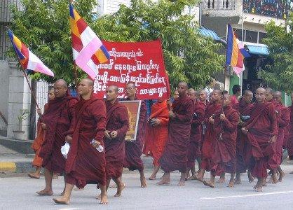 100 000 birmans manifestent